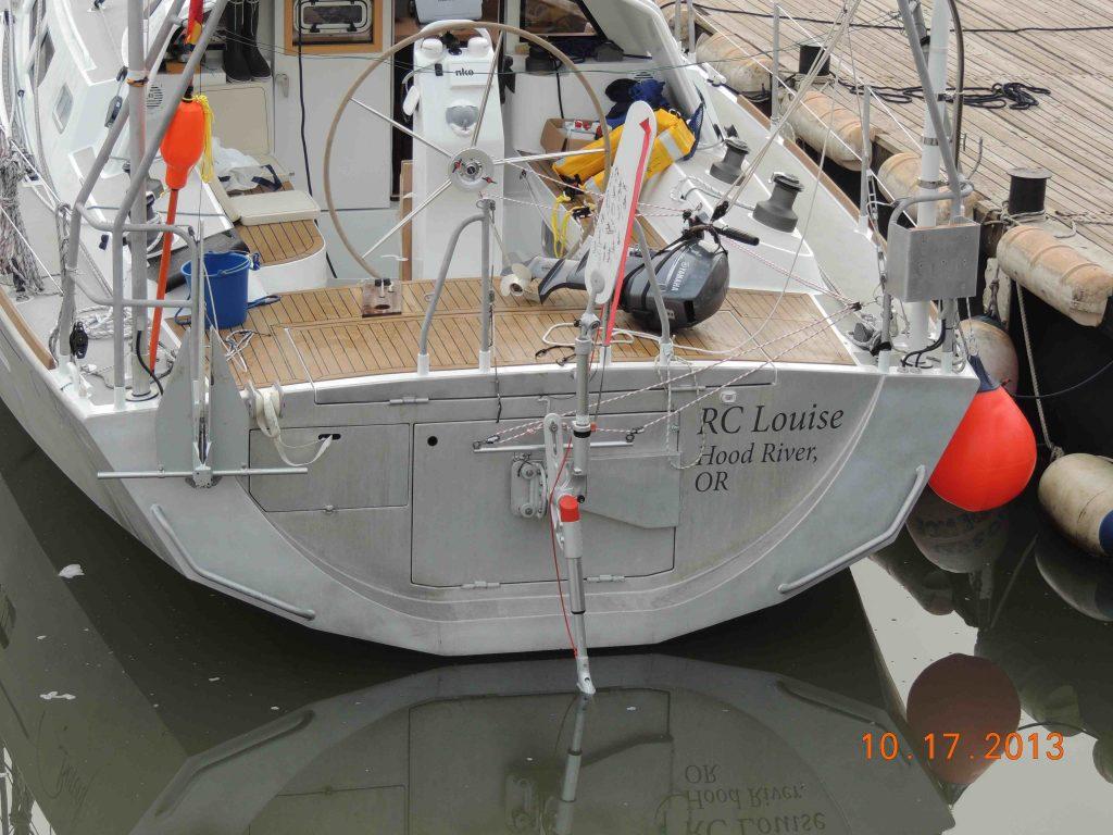 BOREAL 44 mit Badeplattform und Windpilot am Schwenkarm